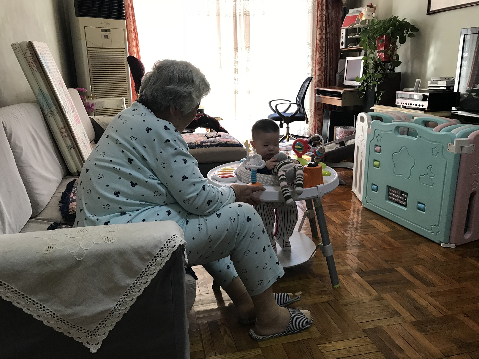 Lucas playing with 太婆