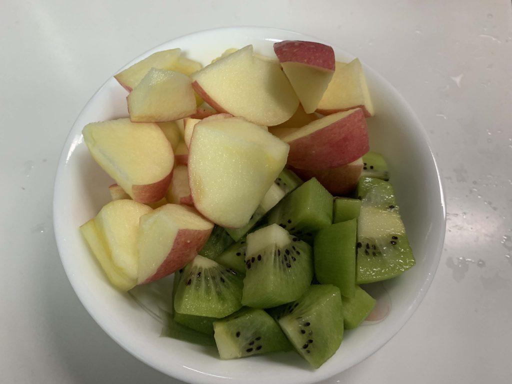 An apple and 2 kiwi!