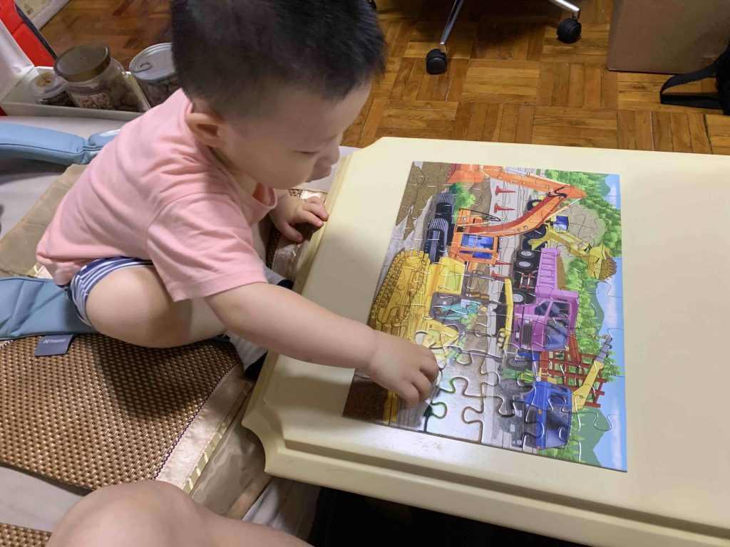 Playing the jigsaw puzzle with Lucas!