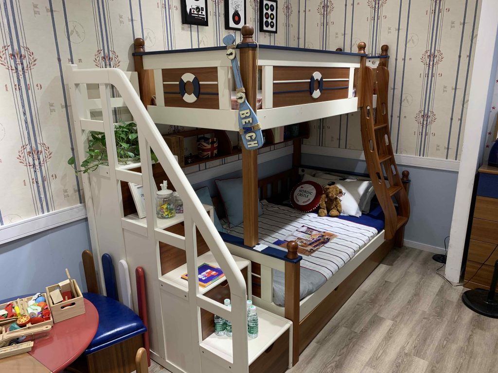 I really like this bed... but not getting it... not my house... =p